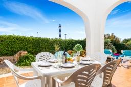 Терраса. Испания, Менорка : Прекрасная вилла с видом на море в тихом районе. 3 спальни, 2 ванные комнаты, частный бассейн, кондиционеры во всех спальнях,wi-fi