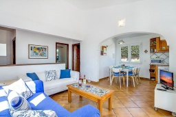 Гостиная / Столовая. Испания, Менорка : Прекрасная вилла с видом на море в тихом районе. 3 спальни, 2 ванные комнаты, частный бассейн, кондиционеры во всех спальнях,wi-fi