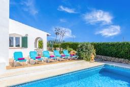 Бассейн. Испания, Менорка : Прекрасная вилла с видом на море в тихом районе. 3 спальни, 2 ванные комнаты, частный бассейн, кондиционеры во всех спальнях,wi-fi