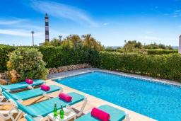 Зона отдыха у бассейна. Испания, Менорка : Прекрасная вилла с видом на море в тихом районе. 3 спальни, 2 ванные комнаты, частный бассейн, кондиционеры во всех спальнях,wi-fi