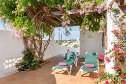 Терраса. Испания, Менорка : Традиционная меноркинская вилла находится в 800 метрах от песчаного пляжа, частный бассейн, зона для барбекю и крытая терраса, 3 спальни, 2 ванные комнаты