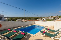 Бассейн. Испания, Менорка : Традиционная меноркинская вилла находится в 800 метрах от песчаного пляжа, частный бассейн, зона для барбекю и крытая терраса, 3 спальни, 2 ванные комнаты