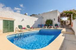Вход. Испания, Менорка : Традиционная меноркинская вилла находится в 800 метрах от песчаного пляжа, частный бассейн, зона для барбекю и крытая терраса, 3 спальни, 2 ванные комнаты