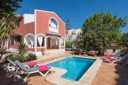 Бассейн. Испания, Менорка : Вилла расположена в семейном районе с супермаркетами, ресторанами и всеми удобствами поблизости, 3 спальни, 2 ванные комнаты, wi-fi,автостоянка, частный бассейн
