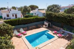 Вид на виллу/дом снаружи. Испания, Менорка : Вилла расположена в семейном районе с супермаркетами, ресторанами и всеми удобствами поблизости, 3 спальни, 2 ванные комнаты, wi-fi,автостоянка, частный бассейн