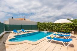 Зона отдыха у бассейна. Испания, Менорка : Небольшая уютная вилла с частным басенном, зоной барбекю и террасой, 3 спальни, wi-fi, парковка