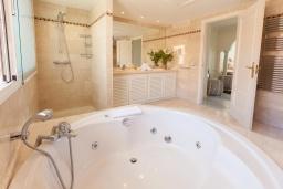 Ванная комната. Испания, Марбелья : Тихий пентхаус с частным бассейном с подогревом, барбекю, джакузи и прекрасным видом на море