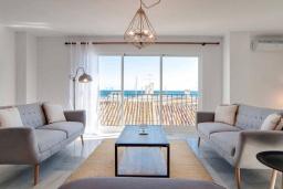 Гостиная / Столовая. Испания, Марбелья : Готовы провести ночь напролет после веселого пляжного дня? Этот шикарный дуплекс - ваш ответ - в 200 метрах от пляжа, прямо в знаменитом Пуэрто Банус.