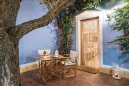 Терраса. Испания, Менорка : Дом для отпуска находится в семейном районе рядом с морем, барами, ресторанами и местным портом, 2 спальни, 2 ванные комнаты,можно с домашними животными