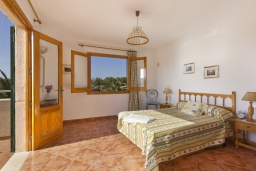 Спальня. Испания, Менорка : Двухэтажная вилла для отпуска с 3 спальнями, 2 ванными комнатами, wi-fi, с балкона открывается потрясающий вид на море
