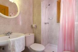 Ванная комната 2. Испания, Менорка : Двухэтажная вилла для отпуска с 3 спальнями, 2 ванными комнатами, wi-fi, с балкона открывается потрясающий вид на море