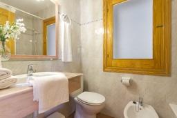 Ванная комната. Испания, Менорка : Двухэтажная вилла для отпуска с 3 спальнями, 2 ванными комнатами, wi-fi, с балкона открывается потрясающий вид на море