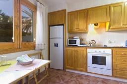 Кухня. Испания, Менорка : Двухэтажная вилла для отпуска с 3 спальнями, 2 ванными комнатами, wi-fi, с балкона открывается потрясающий вид на море