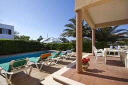 Терраса. Испания, Менорка : Двухэтажная вилла для отпуска с 3 спальнями, 2 ванными комнатами, wi-fi, с балкона открывается потрясающий вид на море
