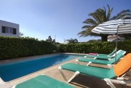 Зона отдыха у бассейна. Испания, Менорка : Двухэтажная вилла для отпуска с 3 спальнями, 2 ванными комнатами, wi-fi, с балкона открывается потрясающий вид на море