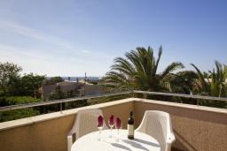 Балкон. Испания, Менорка : Двухэтажная вилла для отпуска с 3 спальнями, 2 ванными комнатами, wi-fi, с балкона открывается потрясающий вид на море
