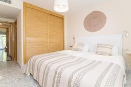 Спальня. Испания, Марбелья : Апартаменты в комплексе с общим бассейном и тренажерным залом3-комнатная квартира в комплексе с общим бассейном и тренажерным залом