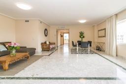 Гостиная / Столовая. Испания, Марбелья : Апартаменты в комплексе с общим бассейном и тренажерным залом3-комнатная квартира в комплексе с общим бассейном и тренажерным залом