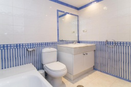 Ванная комната. Испания, Марбелья : Апартаменты в комплексе с общим бассейном и тренажерным залом3-комнатная квартира в комплексе с общим бассейном и тренажерным залом