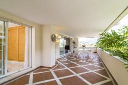 Терраса. Испания, Марбелья : Апартаменты в комплексе с общим бассейном и тренажерным залом3-комнатная квартира в комплексе с общим бассейном и тренажерным залом