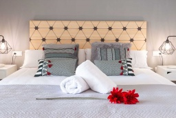 Спальня. Испания, Пуэрто Банус : Шикарные апартаменты расположены в городе Марбелья. К услугам гостей сад, открытый бассейн, бесплатный WiFi и круглосуточная стойка регистрации.