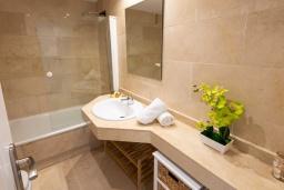 Ванная комната. Испания, Пуэрто Банус : Шикарные апартаменты расположены в городе Марбелья. К услугам гостей сад, открытый бассейн, бесплатный WiFi и круглосуточная стойка регистрации.
