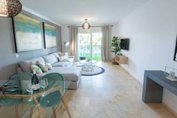 Гостиная / Столовая. Испания, Пуэрто Банус : Шикарные апартаменты расположены в городе Марбелья. К услугам гостей сад, открытый бассейн, бесплатный WiFi и круглосуточная стойка регистрации.