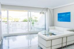 Гостиная / Столовая. Испания, Марбелья : Побалуйте себя в этой нетронутой квартире в кондоминиуме со сказочным бассейном и местоположением - пляж, солнечная терраса и пышные зеленые поля для гольфа рядом!