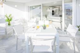 Терраса. Испания, Марбелья : Побалуйте себя в этой нетронутой квартире в кондоминиуме со сказочным бассейном и местоположением - пляж, солнечная терраса и пышные зеленые поля для гольфа рядом!