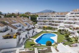 Вид на виллу/дом снаружи. Испания, Марбелья : Побалуйте себя в этой нетронутой квартире в кондоминиуме со сказочным бассейном и местоположением - пляж, солнечная терраса и пышные зеленые поля для гольфа рядом!