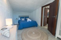 Спальня. Испания, Пуэрто Банус : Просторный очаровательный средиземноморский рай с великолепным видом на море на гавань.