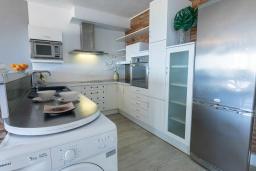 Кухня. Испания, Пуэрто Банус : Просторный очаровательный средиземноморский рай с великолепным видом на море на гавань.