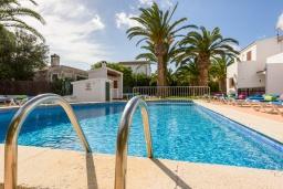 Бассейн. Испания, Менорка : Апартаменты в двухэтажном доме в семейном районе, отлично подходит для спокойного отдыха, 2 спальни и ванная комната, wi-fi, парковка, общий басейн
