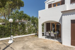 Терраса. Испания, Менорка : Апартаменты в двухэтажном доме в семейном районе, отлично подходит для спокойного отдыха, 2 спальни и ванная комната, wi-fi, парковка, общий басейн