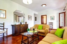 Гостиная / Столовая. Испания, Менорка : Вилла в тихом тупике с частным садом и бассейном,имеет 3 спальни и рассчитана на 6 человек