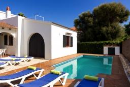 Зона отдыха у бассейна. Испания, Менорка : Вилла в тихом тупике с частным садом и бассейном,имеет 3 спальни и рассчитана на 6 человек