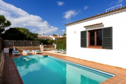 Бассейн. Испания, Менорка : Вилла в тихом тупике с частным садом и бассейном,имеет 3 спальни и рассчитана на 6 человек