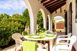 Терраса. Испания, Менорка : Вилла в тихом тупике с частным садом и бассейном,имеет 3 спальни и рассчитана на 6 человек