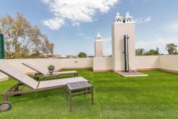 Терраса. Испания, Марбелья : Этот современный и высококлассный пентхаус расположен в удивительном месте. Гигантская терраса предлагает уединение и отдых.