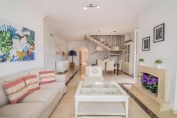 Гостиная / Столовая. Испания, Марбелья : Этот современный и высококлассный пентхаус расположен в удивительном месте. Гигантская терраса предлагает уединение и отдых.