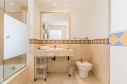 Ванная комната. Испания, Марбелья : Этот современный и высококлассный пентхаус расположен в удивительном месте. Гигантская терраса предлагает уединение и отдых.