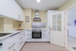 Кухня. Испания, Марбелья : Этот современный и высококлассный пентхаус расположен в удивительном месте. Гигантская терраса предлагает уединение и отдых.