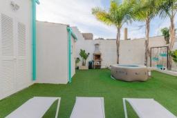 Развлечения и отдых на вилле. Испания, Камп-де-Мар : Загородный дом с джакузи и патио в городе Ses Salines