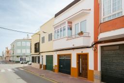 Вид на виллу/дом снаружи. Испания, Менорка : Уютный дом в центре города, имеет три спальни вместимостью до 6 человек, в шаговой доступности, магазины, рестораны, бары, все прелести отдыха в курортном городке