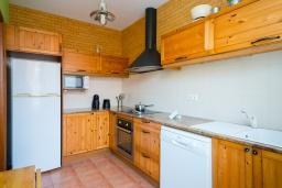 Кухня. Испания, Менорка : Уютный дом в центре города, имеет три спальни вместимостью до 6 человек, в шаговой доступности, магазины, рестораны, бары, все прелести отдыха в курортном городке