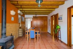 Обеденная зона. Испания, Менорка : Уютный дом в центре города, имеет три спальни вместимостью до 6 человек, в шаговой доступности, магазины, рестораны, бары, все прелести отдыха в курортном городке