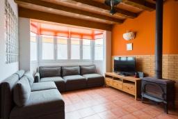 Гостиная / Столовая. Испания, Менорка : Уютный дом в центре города, имеет три спальни вместимостью до 6 человек, в шаговой доступности, магазины, рестораны, бары, все прелести отдыха в курортном городке