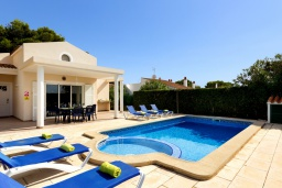 Бассейн. Испания, Менорка : Потрясающая вилла с 4 спальнями прекрасно расположена рядом с пляжем и центром курорта, частный бассейн идеально подходящий для маленьких детей,  wi-fi, парковка