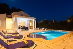 Зона отдыха у бассейна. Испания, Менорка : Потрясающая вилла с 4 спальнями прекрасно расположена рядом с пляжем и центром курорта, частный бассейн идеально подходящий для маленьких детей,  wi-fi, парковка