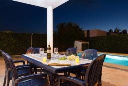 Терраса. Испания, Менорка : Потрясающая вилла с 4 спальнями прекрасно расположена рядом с пляжем и центром курорта, частный бассейн идеально подходящий для маленьких детей,  wi-fi, парковка